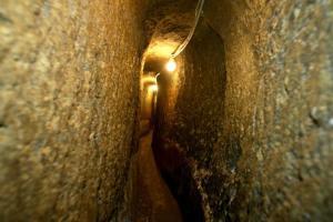 Uno dei cunicoli di Napoli sotterranea dove si nasconde Pulcinella